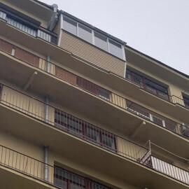 Отделка балкона сайдингом с выносом подоконника